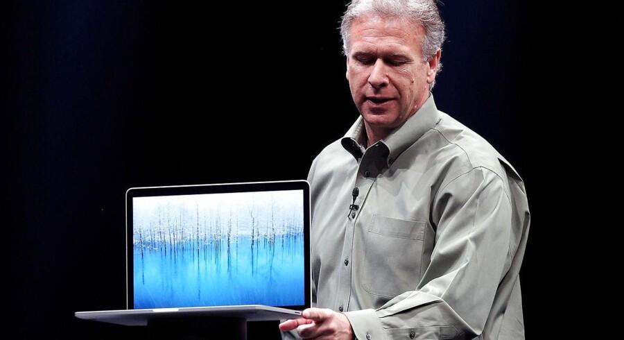 Apples Senior Vice President of Worldwide product marketing Phil Schiller viser her dsen nye MacBook Pro, hvis nye superskærm minder om den, der kendes fra iPhone 4.