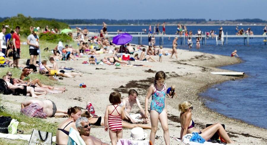 (ARKIV) Mange mennesker havde fundet vej til Bremdal Strand søndag eftermiddag d. 21. juli 2013, for at nyde det gode sommervejr. Det varme sommervejr forsætter i den kommende uge. Dog skrues der kortvarigt ned for varmen mandag. Det skriver Ritzau, mandag den 4. juni 2018.. (Foto: Morten Stricker/Ritzau Scanpix)