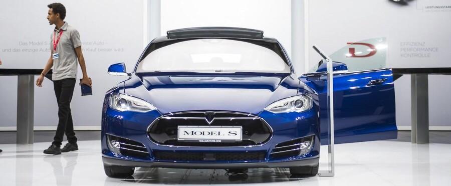 -ARKIV- Elbilproducenten Tesla forsøger tilsyneladende at få tilladelse til at købe 2.500 af sine egne biler og indregistrere dem, inden nye, stramme afgiftsregler træder i kraft. Finten kan koste statskassen et milliardbeløb, skriver TV2.