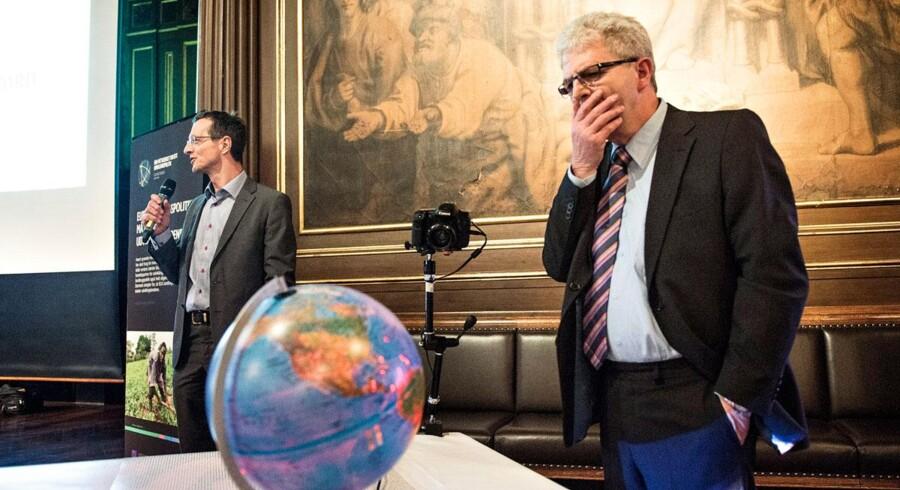 Skatteminister Holger K. Nielsen stod og grublede lidt, da han mandag 28. januar 2013 modtog omkring 7.000 underskrifter i Børssalen fra danskere, der vil have internationale skattely lukket. Det var foreningen IBIS, der stod for overrækkelsen, og skatteministeren satte ved overrækkelsen tre propper i globussen for at vise den indsats, Danmark har gjort mod internationalt skattesnyd.