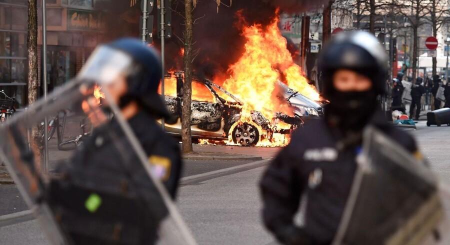 Flere end 10.000 demonstranter fra blandt andet Blockupy og Attac har omringet ECBs hovedkvarter i Frankfurt. Det er kommet til voldsomme kampe med politiet. Her ses en politibil stukket i brand.