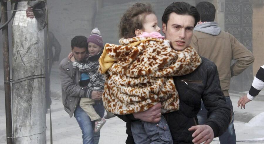 Mindst 85 personer blev ifølge aktivistgruppen Det Syriske Observatorium for Menneskerettigheder dræbt lørdag, hvor det syriske styre smed såkaldte tøndebomber over byen Aleppo. Foto: Scanpix
