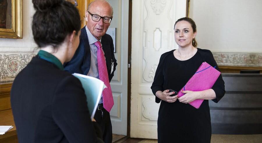 Socialminister Karen Hækkerup (til højre) vil gerne berolige de mange danskere, der mener, at der i fremtiden ikke bliver råd til folkepensionen, som vi kender den i dag.
