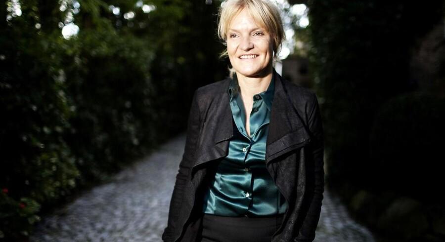 Elisabeth Erhardtsens hverdag er rykket til Wien, hvor hun ved hjælp af en agent har fået et nyt lederjob inden for pharmaindustrien. Agenten kunne på en helt anden vis end hun selv, få kontakt til de rette i de for hende interessante arbejdspladser.