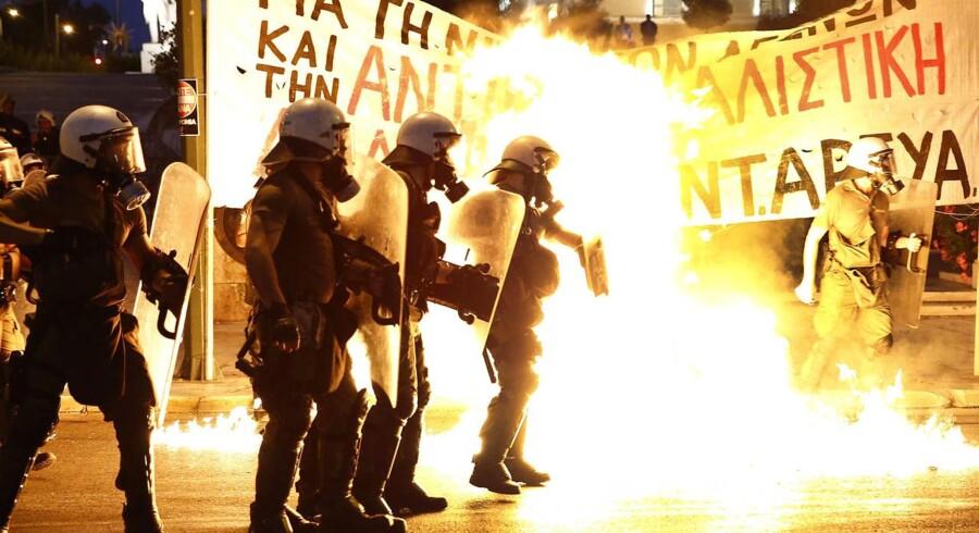 Udenfor parlamentsbygningen, hvor den græske regering i aften skal afgøre, hvorvidt landet skal indføre en række økonomiske reformer, stødte politi og demonstranter sammen. Se billederne her.