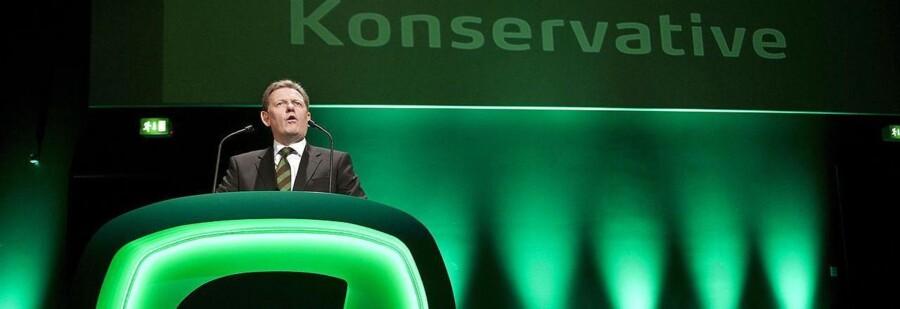Den Konservative partiformand Lars Barfoed vil igen markedsføre partiet som et folkeparti. Her er han på talerstolen med det gamle logo og navn på partiets landsråd i 2011. Arkivfoto.
