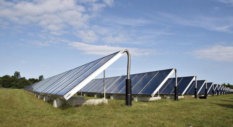Investeringerne foretages gennem såkaldte timands kommanditselskaber (KSer), og på få år er de danske investeringer i udenlandske solcelleparker gået fra nul til et milliardmarked. Her er det dog en solcellepark ved Oksbøl nord for Esbjerg.