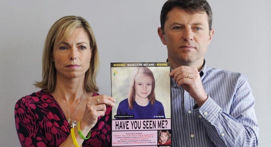 Kate og Gerry McCann holder et billede af deres savnede datter, Madeleine McCann.