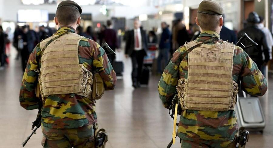Belgisk politi patruljerer i lufthavnen i Bruxelles.