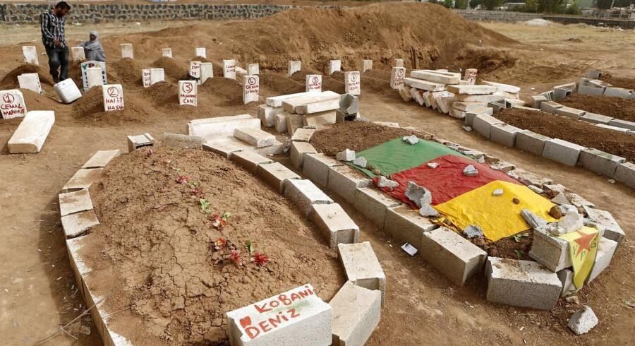 Grave for kurdere, der har mistet livet i kampen for at forsvare Kobani, i den tyrkiske grænseby Suruc. Foto: Umit Bektas