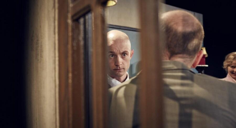 Anders Budde Christensen er morsom og rørende som flipproletaren Pinneberg, der bare så gerne vil hutle sig gennem livet uden den største fortræd. Foto: Mikkel Russel