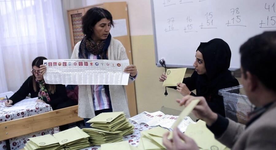AKP står til at få flertal i Tyrkiet.