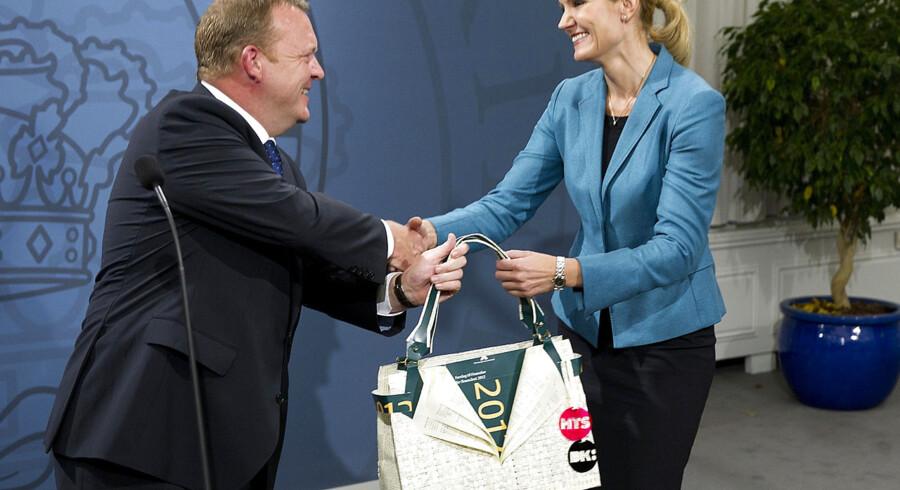 ARKIV. Forhenværende statsminister Lars Løkke Rasmussen overrækker en taske til statsminister Helle Thorning-Schmidt ved overdragelsen af statsministeriet mandag d. 3. oktober 2011.