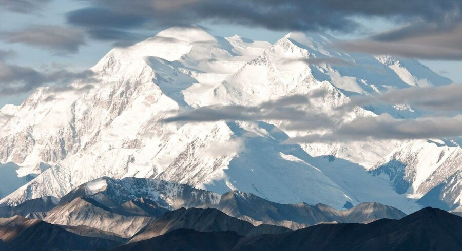 To danskere fik skader på benene, da de blev overrasket af en lavine på Mount McKinley. Den tredje dansker slap uden større skader og kunne efterfølgende hjælpe de to andre tilbage til lejren.