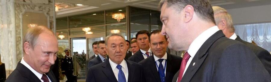Ruslands præsident, Vladimir Putin, og hans ukrainske kollega, Petro Porosjenko, der her ses under et tidligere møde, har talt sammen i telefon og er i store træk enige om, hvad der skal til for at løse den ukrainske krise, hedder det.