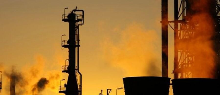 Olieselskaberne tjener markant færre penge i år, end i andet kvartal sidste år. Her er det et olieraffinaderi i Melbourne, Australien.