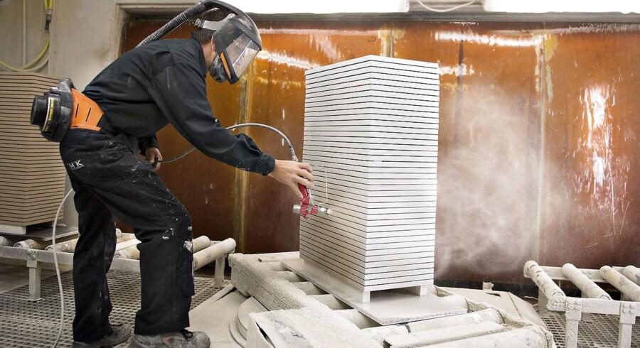 Industrilakerer i gang i produktionen hos Svanekøkkener i Tvis ved Holstebro. Virksomheden søger i øjeblikket efter faglært arbejdskraft.