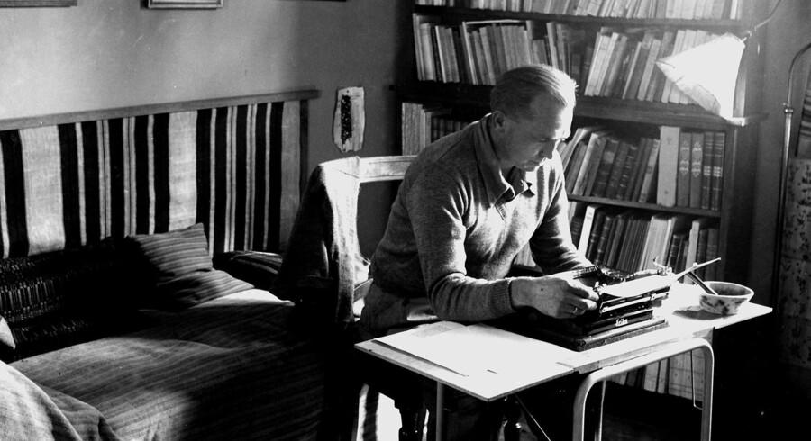 Martin A. Hansen i sit hjem ved Lejre, 1950. Arkivfoto: Mogens Amsnæs