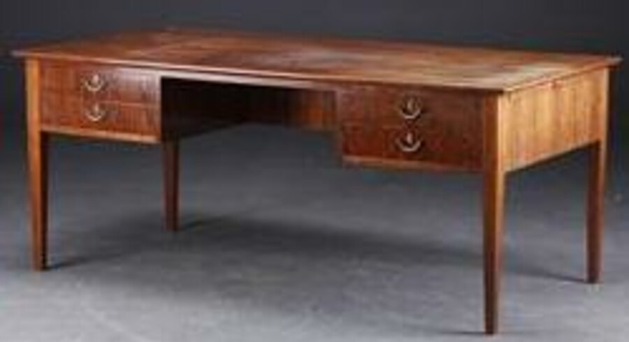 Dette skrivebord stammer fra boet efter Amagerbanken og kan nu blive dit. Foto: Lauritz.com.