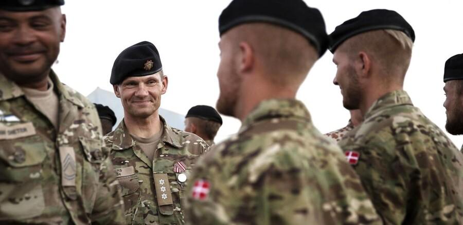 Inden turen til Camp Bastion fik soldaterne udleveret medaljer som tak for deres indsats i Afghanistan. Den anden soldat fra venstre er oberst Anders Mærkedahl.