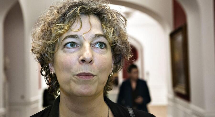 Fagbevægelsens top lægger nu pres på regeringen for at ændre i au pair-ordningen. Beskæftigelsesminister Mette Frederiksen (S) har indkaldt Enhedslisten til møde om sagen.