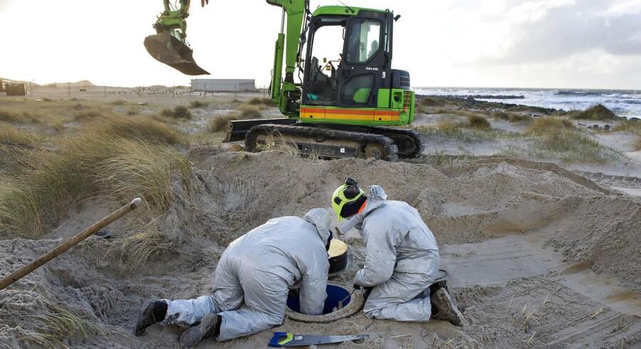 Giftdepotet på 110 tons fra Cheminova ligger stadig begravet ved Høfte 42 syd for Thyborøn. Det blev i sommeren i år dokumenteret at insektgiften parathion siver ud i Vesterhavet på en 14 km. lang strækning. I august måned besluttede Region Midtjylland at affaldet skal blive i sandet indtil 2019. Her er arbejdere mandag d. 15. december igang med arbejdet med at opgradere de vandmålerbrønde, der er flere steder ved giftdepotet, målinger der skal vise hvor meget gift der siver ud.