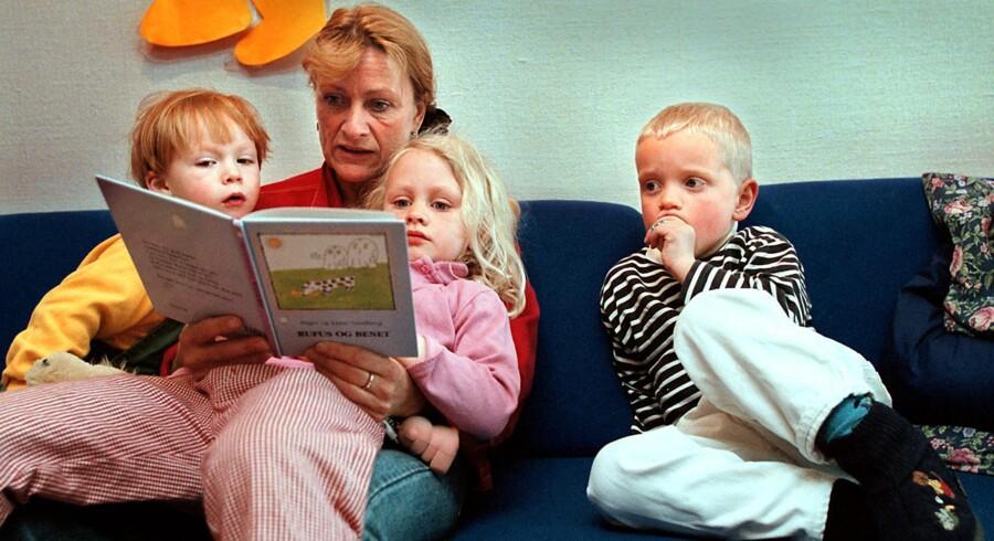 Højtlæsning er en meget vigtig kilde til indlæring – og danske forældre er blandt de flittigste til at læse op for deres børn. Husk bøger, blyanter og iPad, når feriebilen pakkes; i sommerferien kan læringen sagtens være en leg og slet ikke en pligt.