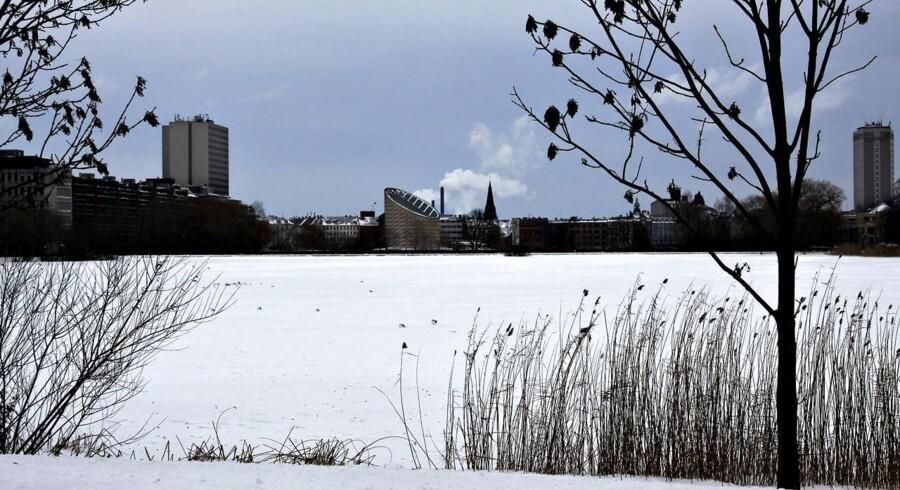 ARKIVFOTO. Julen bliver temmelig sikkert ikke så hvid som på billedet her af Skt. Jørgens Sø i København i 2010. Men i det nordligste Jylland kommer der snebyger om aftenen den 24. Det spår både TV 2 Vejret og DMI.