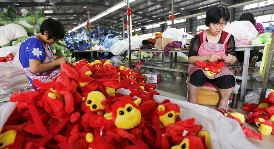Den kinesiske økonomi viser igen tegn på en markant opbremsning. Det fremgår af de seneste data for den kinesiske import og eksport, hvor et kraftigt fald i importen giver sig udslag i et større handelsoverskud end ventet. FOTO: Fabrik i Lianyungang, 6. september 2015