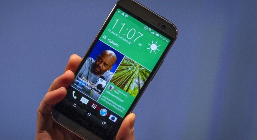 HTCs topchef, Peter Chou, fremviste den nye HTC One M8 ved lanceringen tirsdag aften i New York. Telefonen har en skærm på fem tommer og har forbedret kamerateknologi. Foto: Brendan McDermid, Reuters/Scanpix