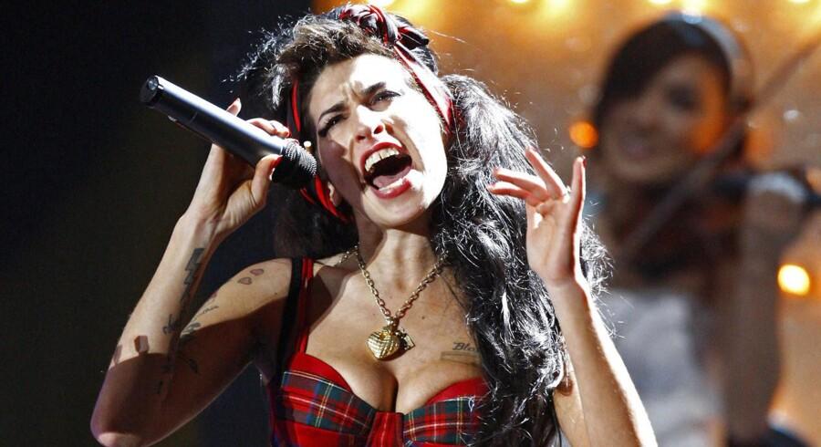 Amy Winehouse blev kun 27år inden hun døde af en kombination af alkohol og narkotika. Her ses hun dog i sit es - på scnen.