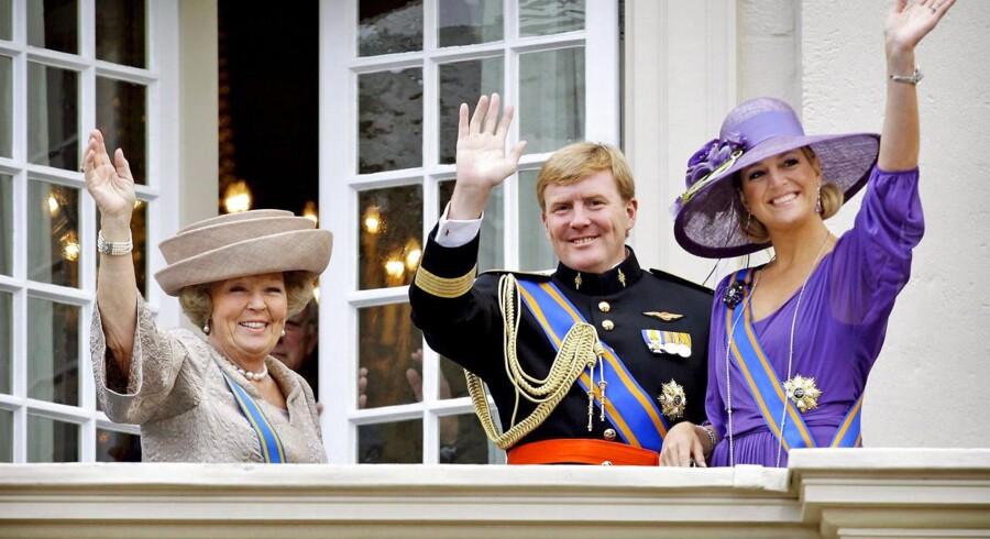 Dronning Beatrix meddelte tilbage i januar 2013, at hun abdicerer og overlader tronen til sin ældste søn kronprins Willem-Alexander af Nederlandene. Her ses Beatrix, Willem-Alexander og hans hustru kronprinsesse Maxima. Willem-Alexander er 45 år.