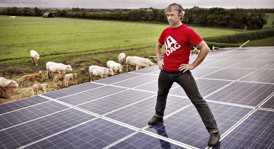 Poul-Erik Ahle har siden september 2013 ventet forgæves på en EU-godkendelse, så han kan få forhøjet støtte til sine solceller. Nu har EU stillet flere spørgsmål til sagen, så der ventes yderligere to-tre måneders ventetid.