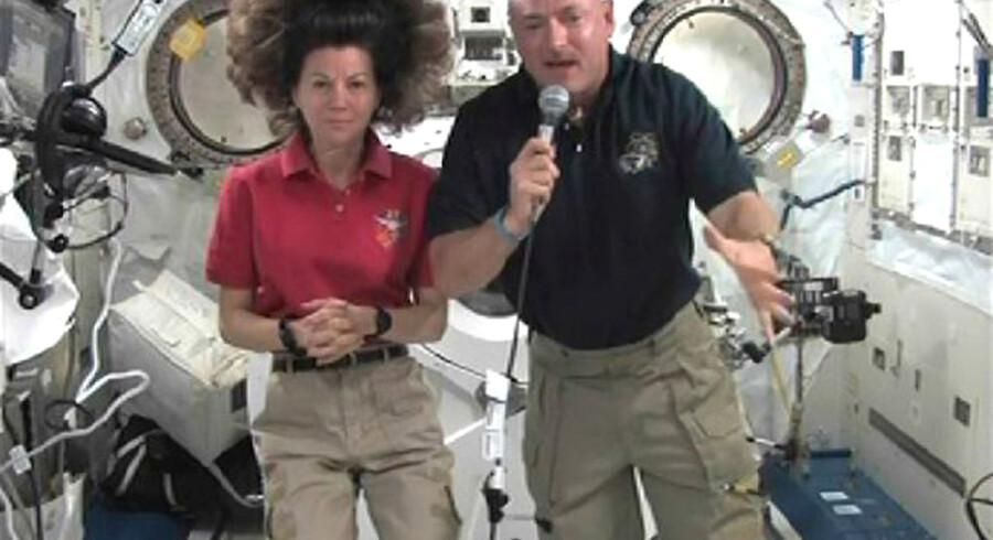 Rumfærgen Endeavour er på sin sidste rejse i rummet. Om bord er fem amerikanske astronauter og en italiener. De skal på en 16 dage lang mission i Rummet, og der er sat plads af til fire rumvandringer. Rumfærgens kaptajn Mark E. Kelly og astronaut Cady Coleman holder pressemøde i rummet.
