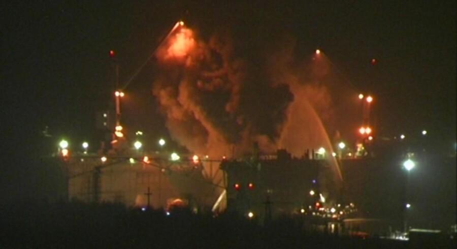 Brandfolk kæmpede med at slukke ilden på en atomudbåd på skibsværftet Roslyakovo i Murmansk i det nordlige Rusland.
