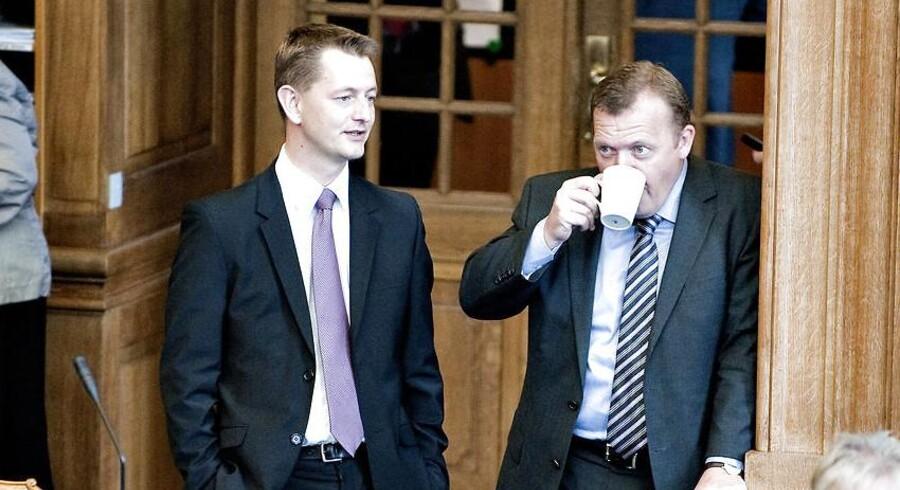 Venstres skatteordfører, Torsten Schack Pedersen (V) i samtale med partiformand, Lars Løkke Rasmussen, ved en tidligere åbningsdebat. Arkivfoto 2009.