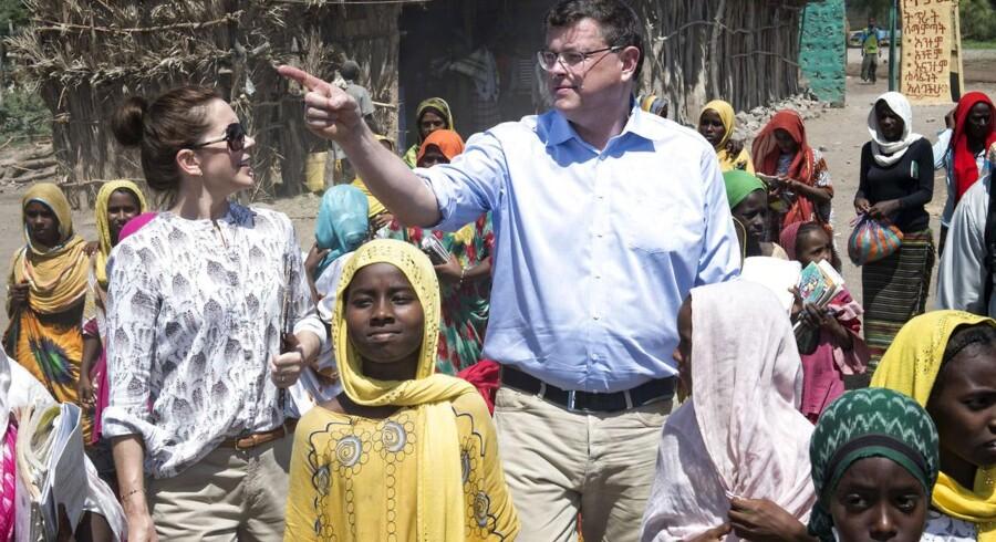 Arkiv: Udviklingsminister Mogens Jensen (S) kritiserer Jakob Ellemann-Jensens (V) udspil. Her ses Mogens Jensen sammen med kronprinsesse Mary i Afambo-distriktet i Etiopien.