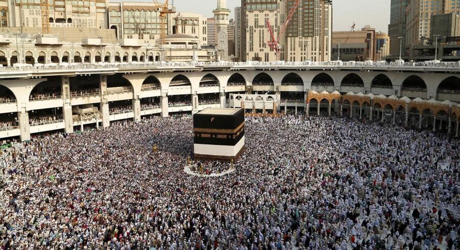 Pilgrimme går omkring Kaabaen i Mekka. Det er ikke betryggende, at overtro indgår i vor daglige styring af verden. Og slet ikke, når vi ikke må kritisere, skriver Svend E. Just.