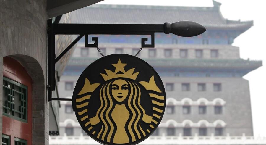 Starbucks beskyldes for at tage markant højere priser i Kina, selv om indkomsterne her er meget lavere end i for eksempel USA.