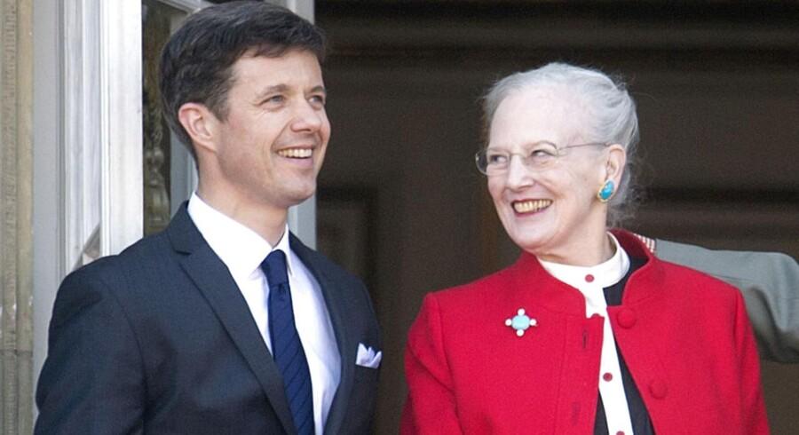 Kronprins Frederik og dronning Margrethe vinker fra balkonen på Amalienborg Slot på Dronningens 73 års fødselsdag 16. april 2013.