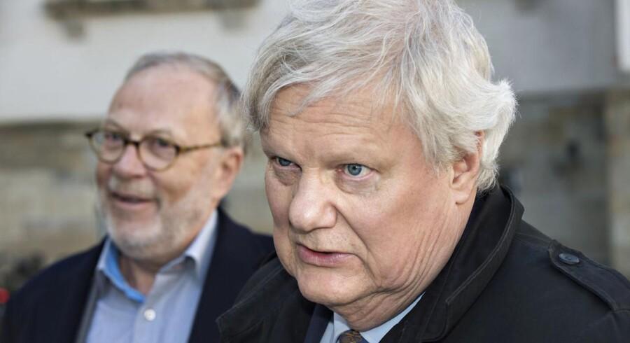 Direktør i Ældresagen Bjarne Hastrup og (i baggrunden) advokat Ebbe Holm.