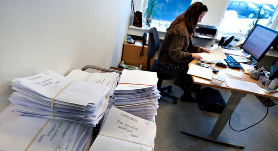 Knap halvdelen af 485 advokater svarer i en rundspørge, at tinglysningen stadig fungerer alt for langsomt.