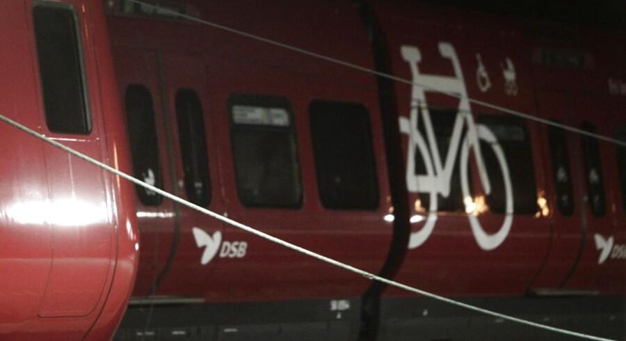 Køreledninger ligger over et S-tog på Lyngby Station, hvor noget af taget blæste af og flere køreledninger faldt ned og lammede s-togstrafikken mandag den 28. oktober 2013.