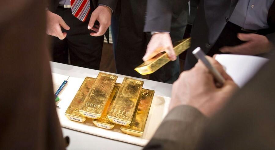 Prisen på guld falder atter onsdag morgen, efter flere positive nyheder fra USA skaber håb om, at væksten i verdens største økonomi er tilbage på sporet.