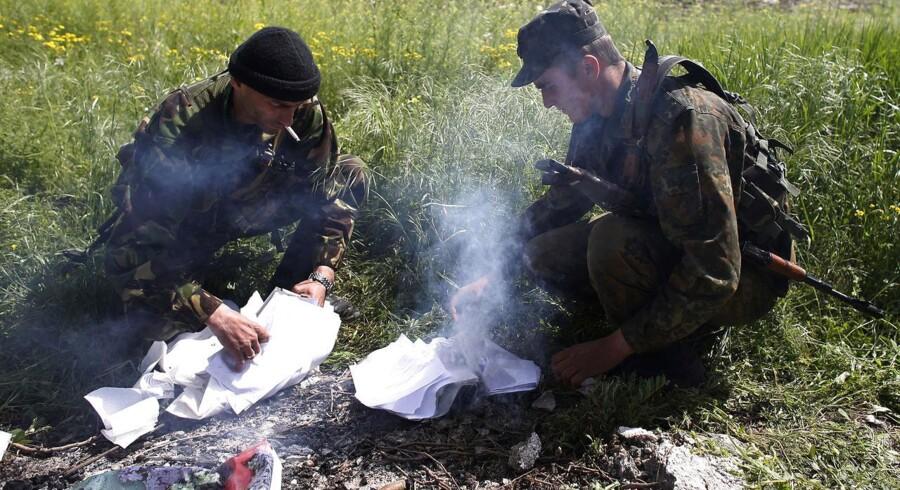 Ukrainske soldater brænder angiveligt falske valgpapirer af forud for selvstændighedsafstemningen i det østlige Ukraine. Ifølge tyske aviser får de ukrainske tropper hjælp af amerikanske soldater.