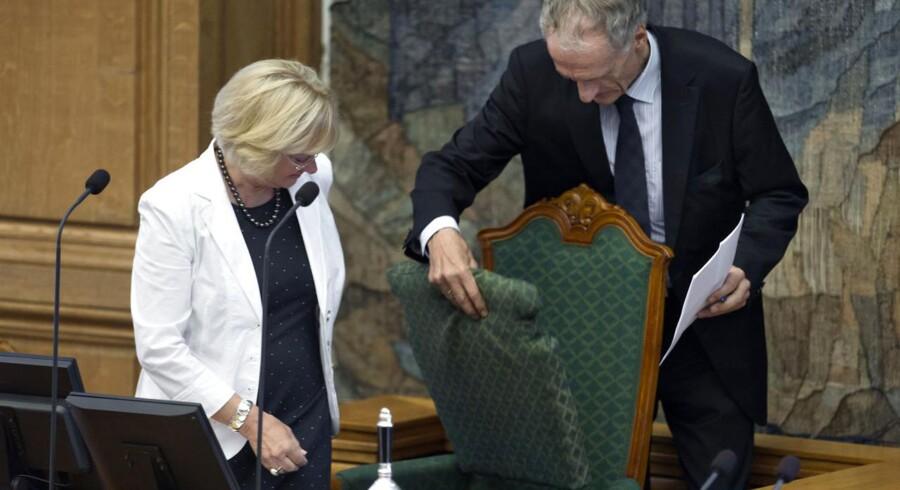 Pia Kjærsgaard (DF) blev fredag valgt til formand for Folketinget. Her vises hun til rette af Bertel Haarder, der er det medlem, der har længst anciennitet i Folketinget.