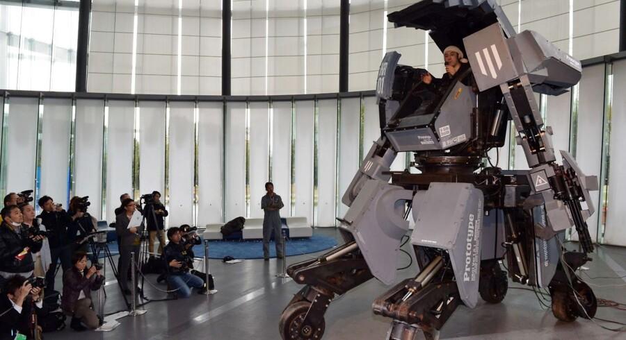 Kogoro Kurata melder sig nu klar til at sætte sin monsterrobot i produktion. Her ses billeder fra præsentationen 28. november 2012.
