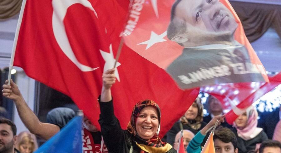 Tysk-tyrkere til et vælgermøde for en delegeret for præsident Erdogans AKP-parti i Kelsterbach, Tyskland, sidste år.