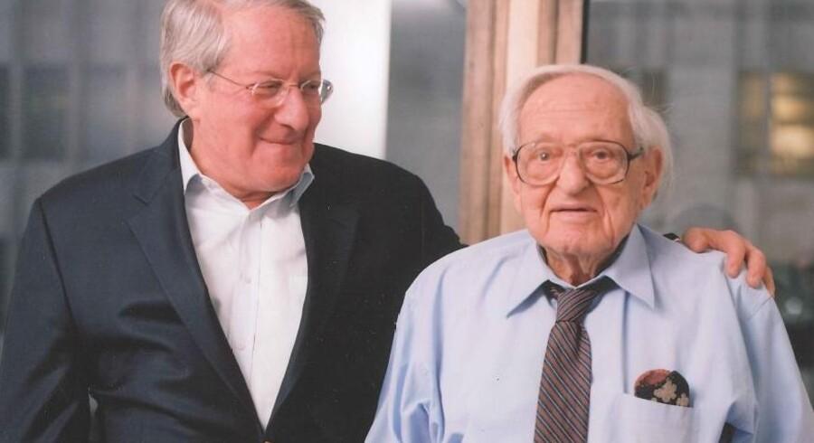 Irving Kahn (th) var aktiv investor på Wall Street i mere end otte årtier. Her ses han på et knap 10 år gammelt billede med sin søn, Thomas G. Kahn (tv), der i dag styrer familiens investeringsfirma, Kahn Brothers Group.