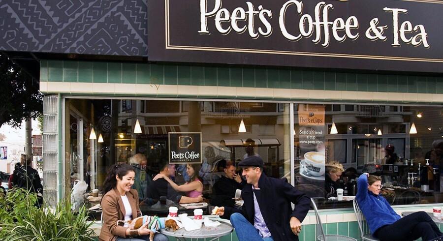 Der bliver gået seriøst til værks hos legendariske Peet's Coffee and Tea. Her tester medarbejdere i kædens hovedkvarter en stribe kaffebønner.